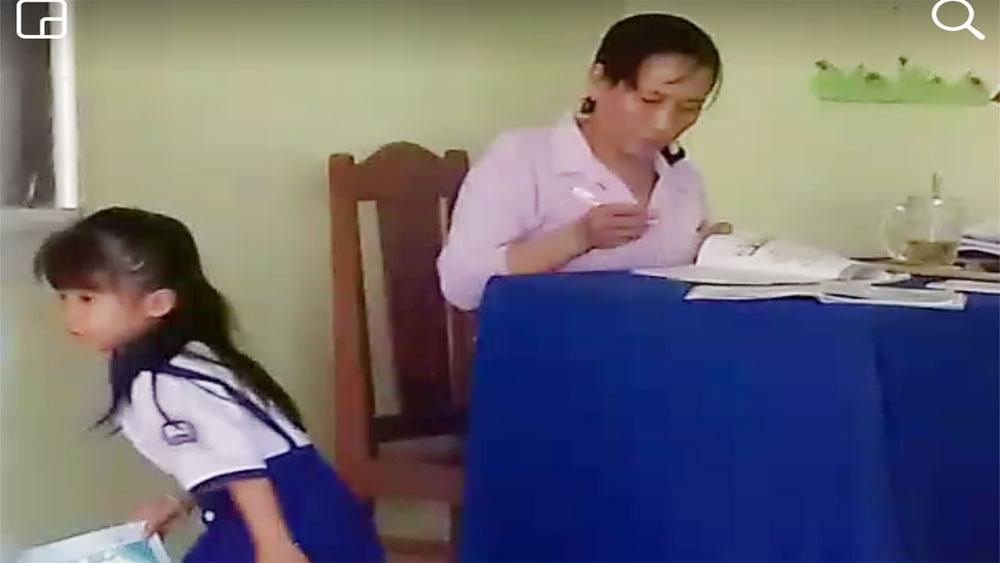 Yêu cầu ngừng đứng lớp cô giáo chấm bài xong ném vở học sinh xuống gạch